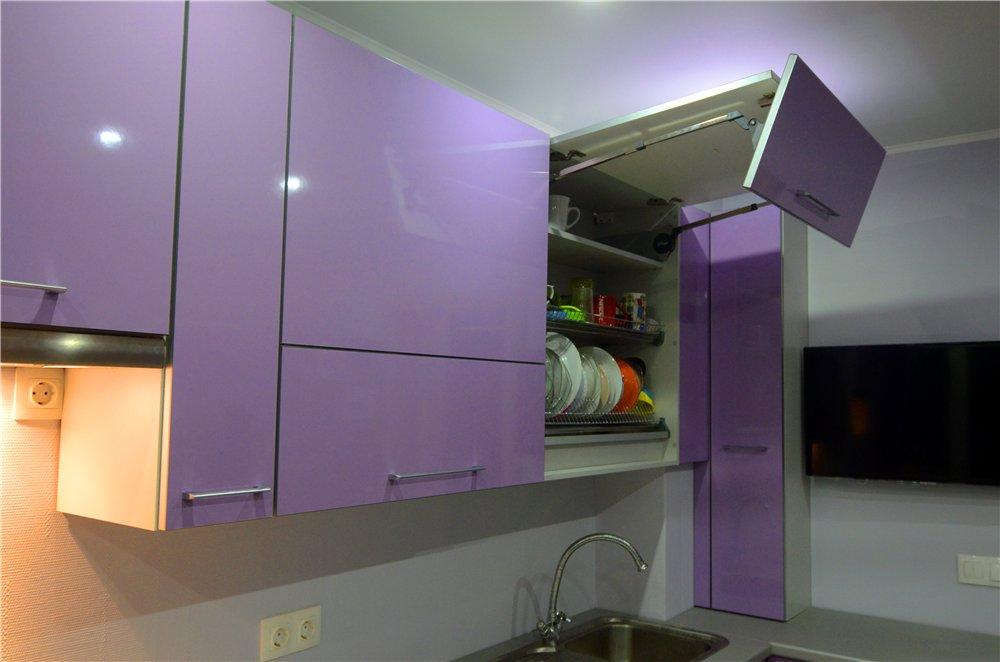 В верхних шкафах установлены подъемники BLUM