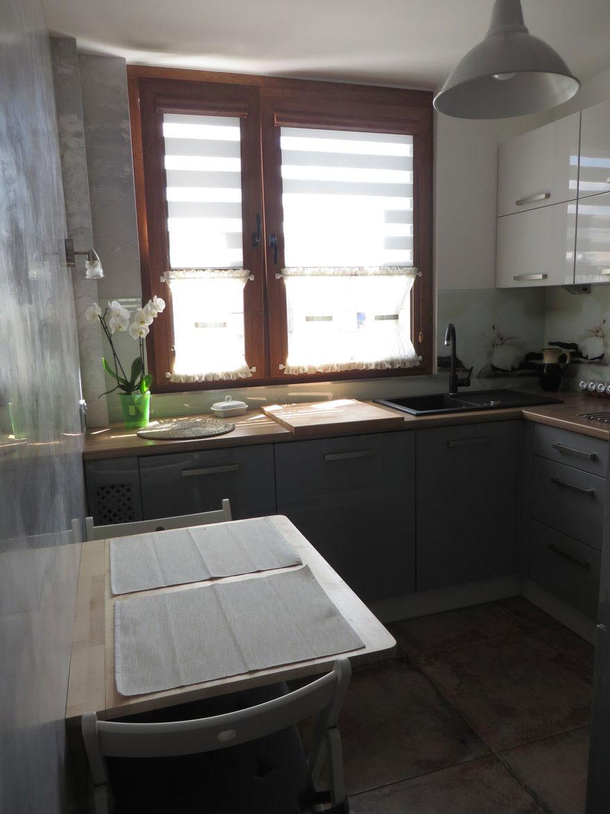 Кухня выглядит просторной несмотря на п-образную компоновку гарнитура