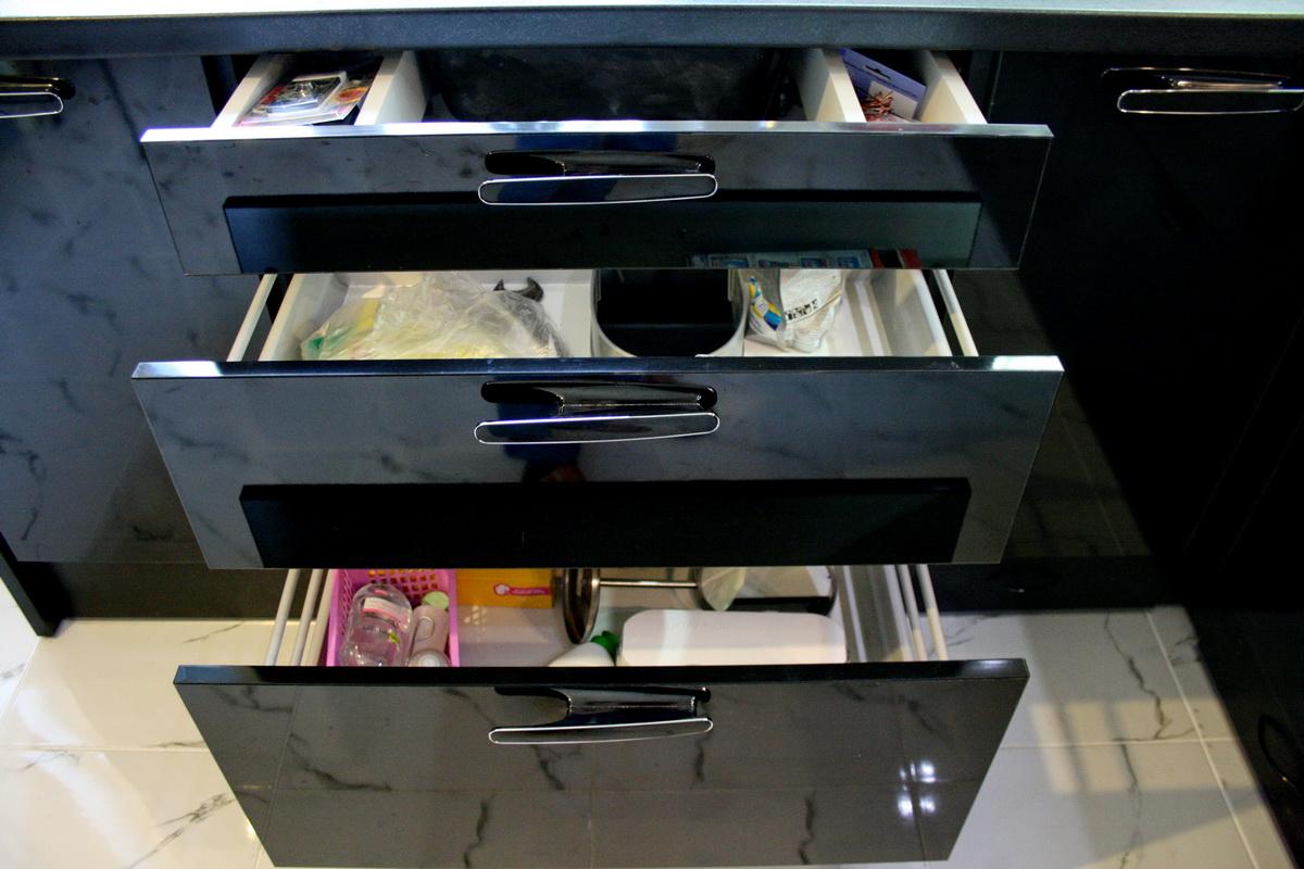 Выдвижные ящики вместо дверей - самое удобное решение для кухни