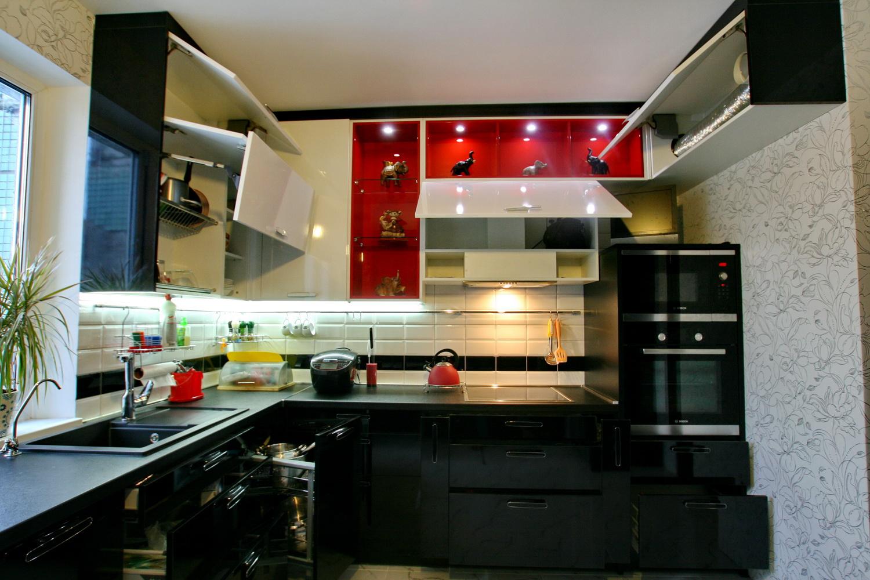 Чёрно-белый угловой кухонный гарнитур