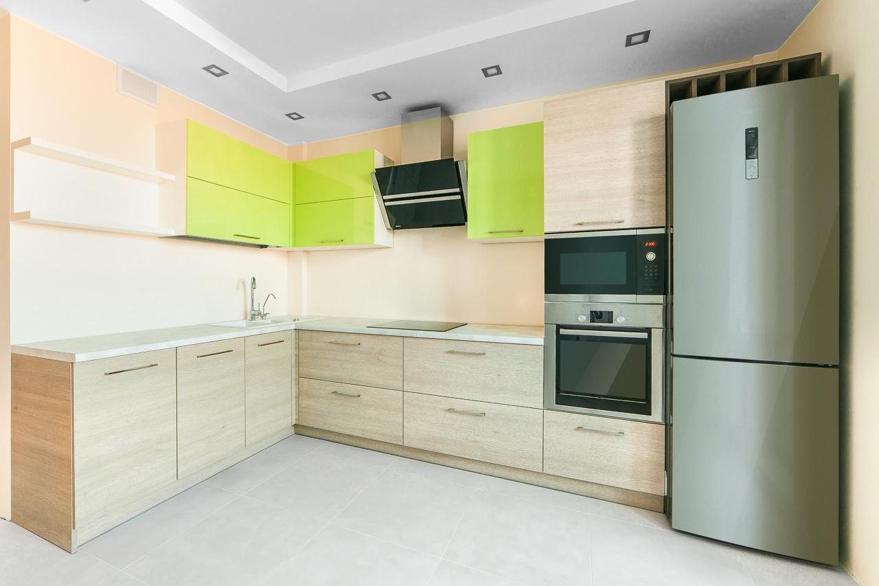 Минималистичный дизайн гарнитура сделает кухню визуально светлей и просторней