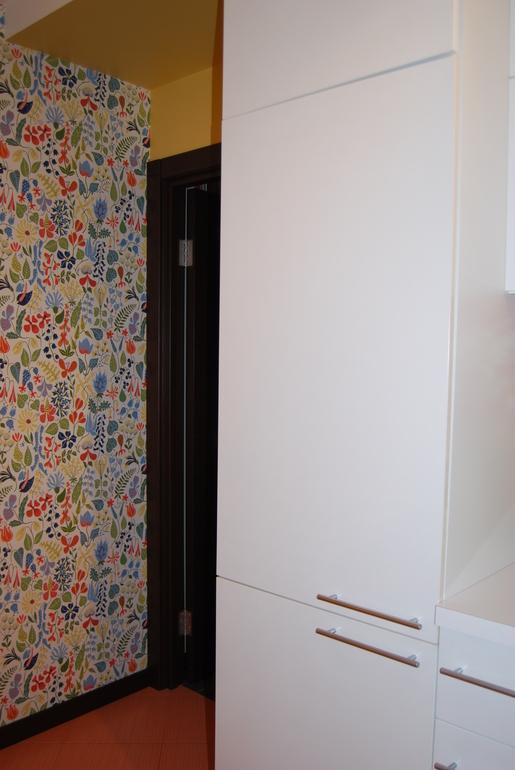 На маленькой кухне даже холодильнику нашлось свое место