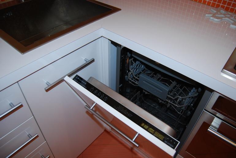 Посудомоечная машина нашла свое место в маленьком гарнитуре