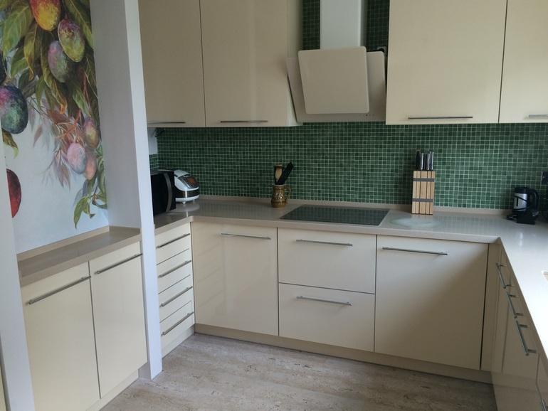 Бежевый цвет кухонного гарнитура приятно расслабляет