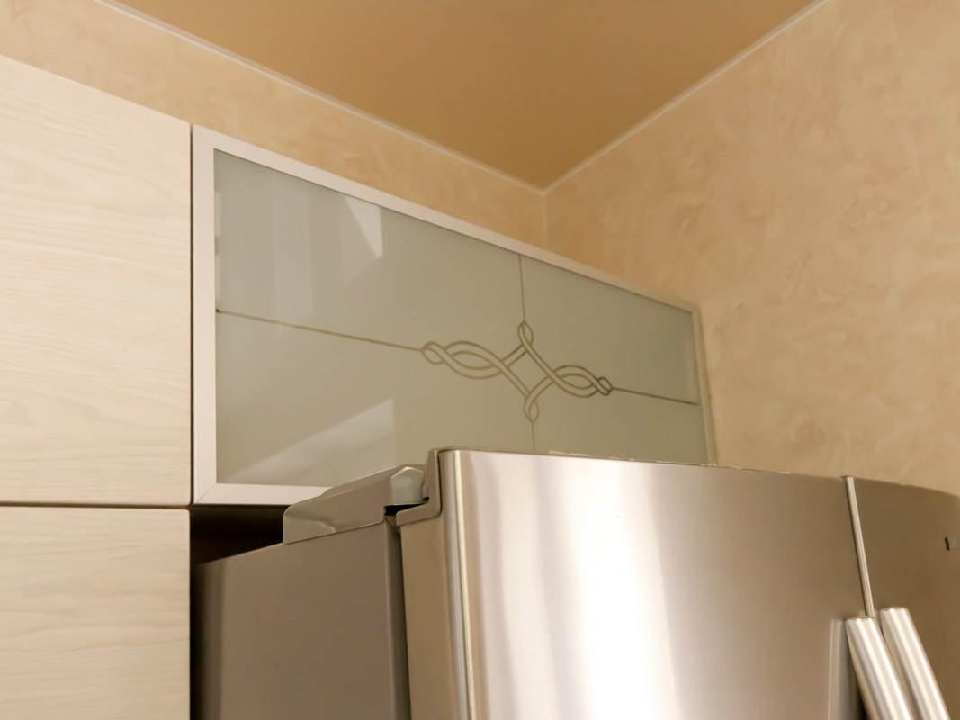 Навесной шкафчик с матовой стеклянной дверью