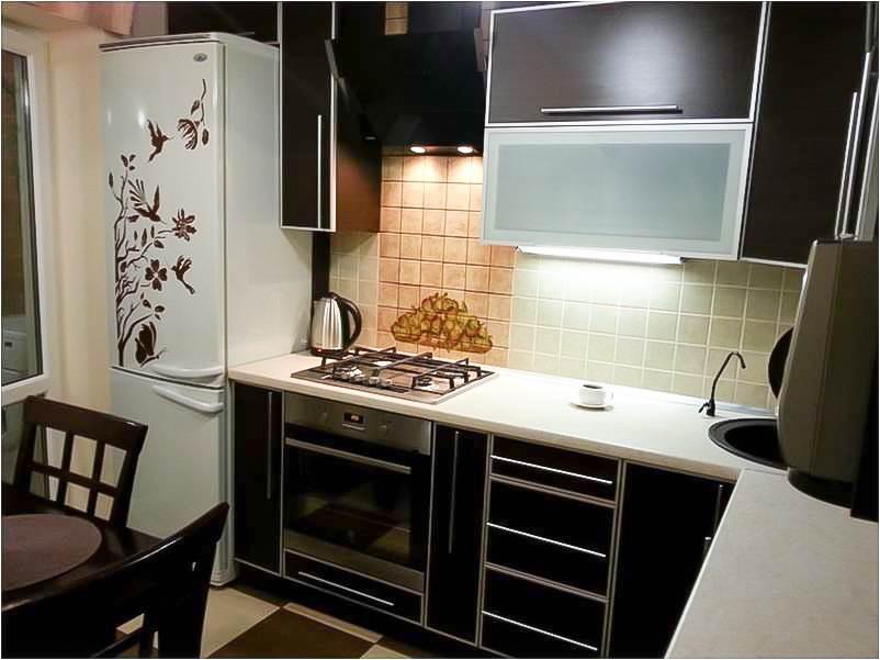 Удобнее всего холодильник расположить в углу, слева от кухонного гарнитура
