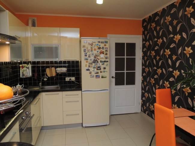 На этой кухне, самое удачное место для холодильника рядом с мойкой