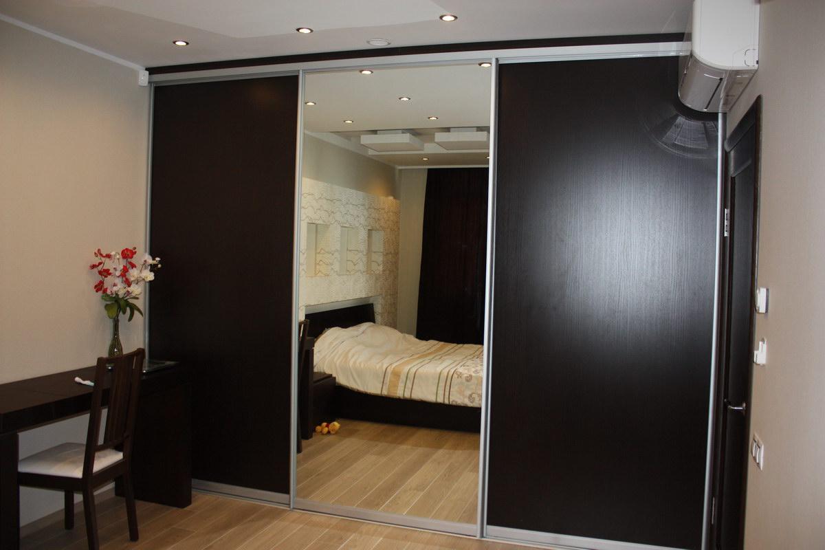 Зеркало визуально увеличивает спальню