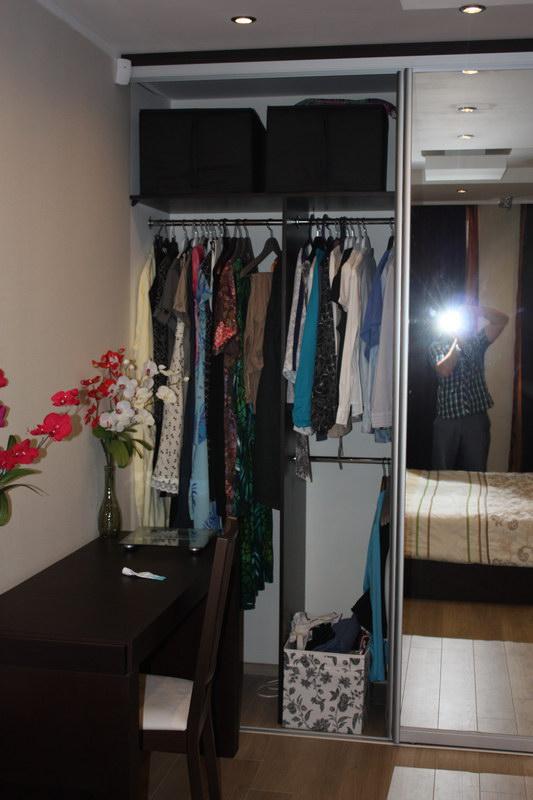 Шкаф купе отлично вписался в интерьер спальни