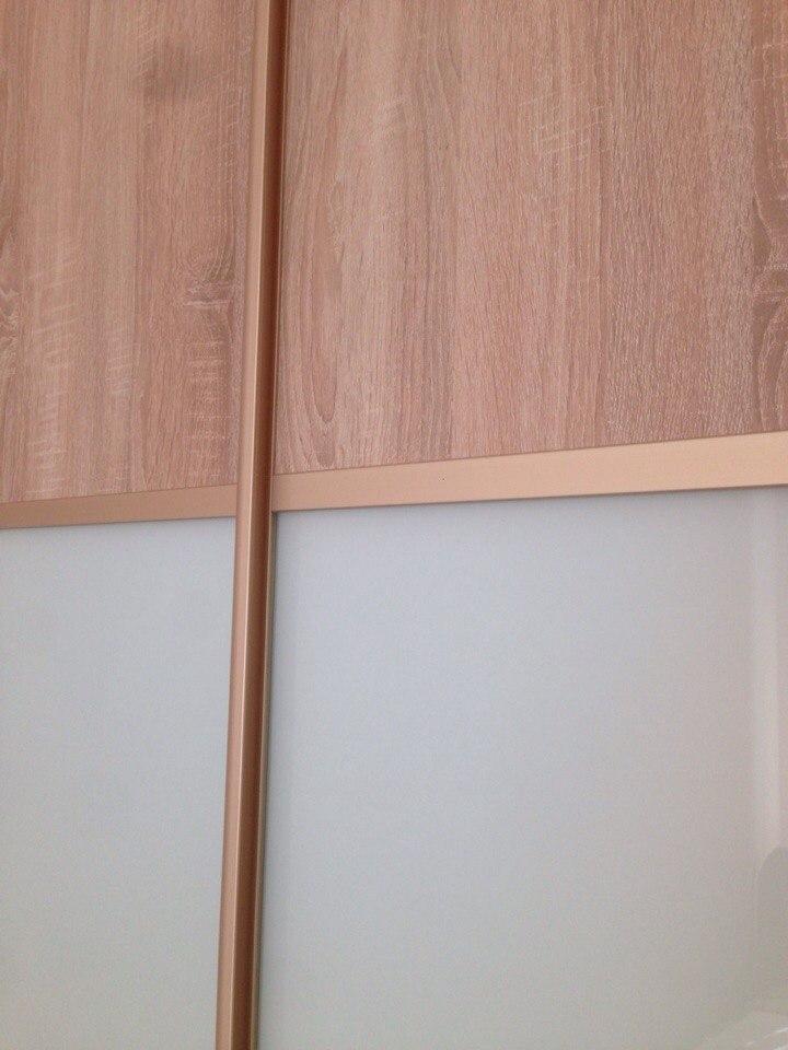 В дверях шкафа сделаны вставки из белого акрилового стекла