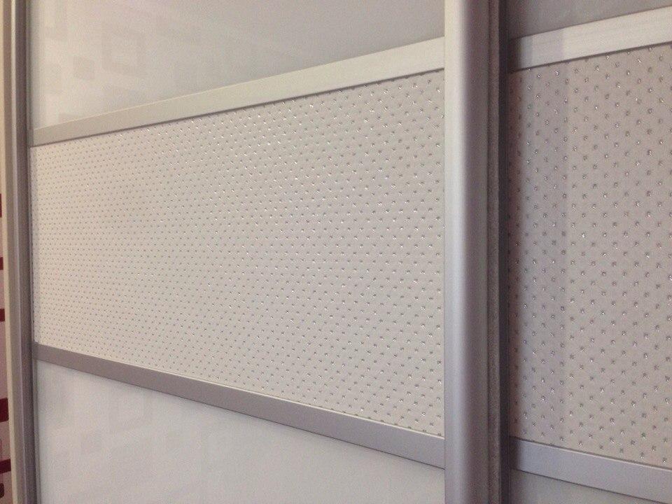 Комбинированные двери изготовлены с использованием акрилового белого стекла и искусственной кожи