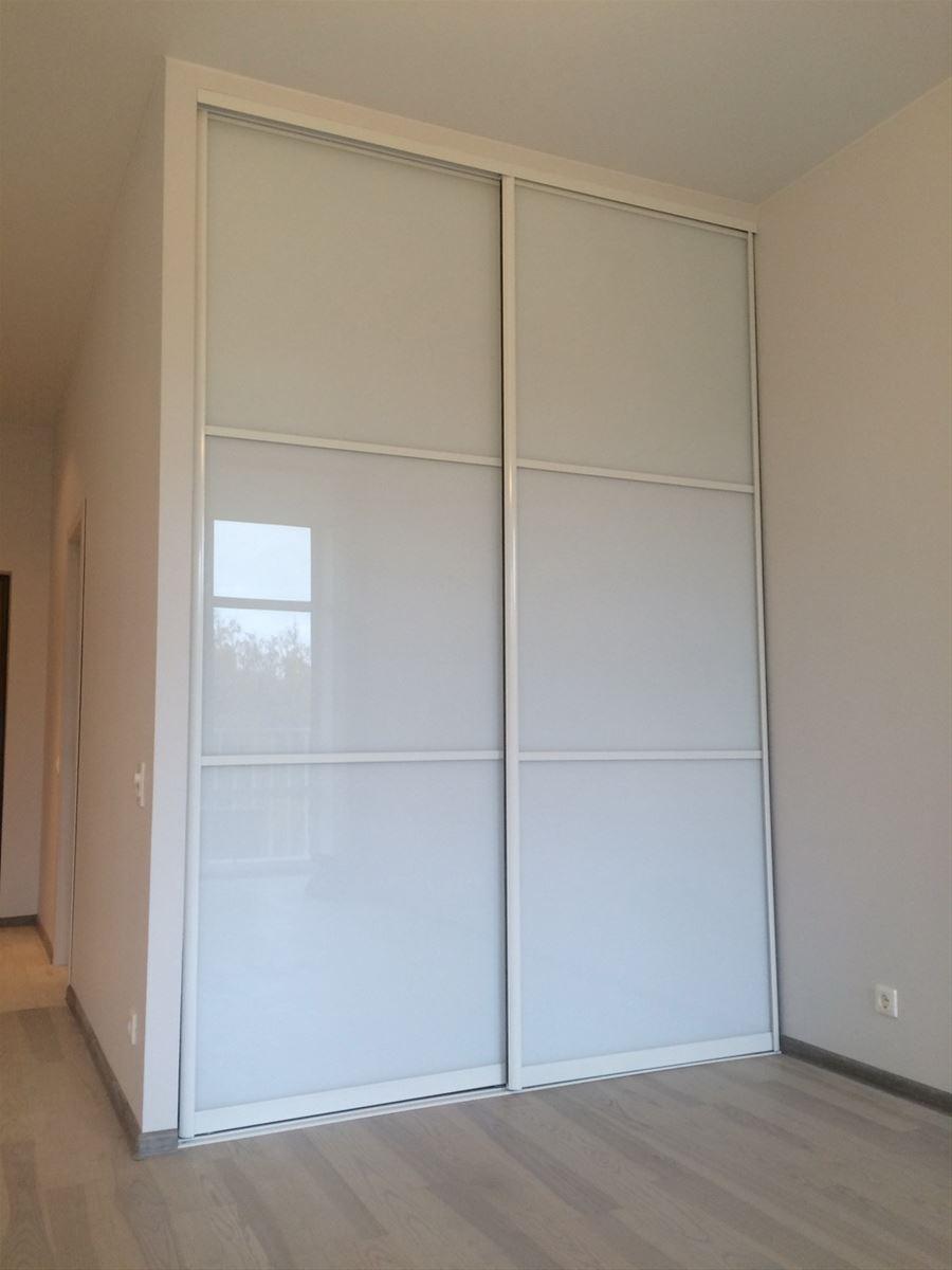 Двери изготовлены из крашенного белого профиля и стекла
