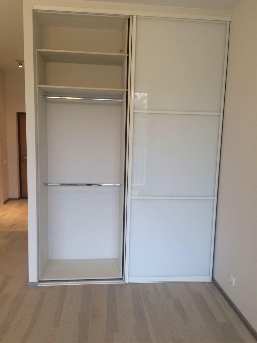 Левая половина шкафа для юбок, блузок и кофточек