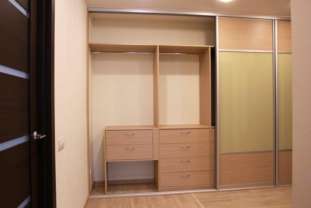В шкафу сделаны одиннадцать выдвижных ящиков и четыре больших штанги для одежды
