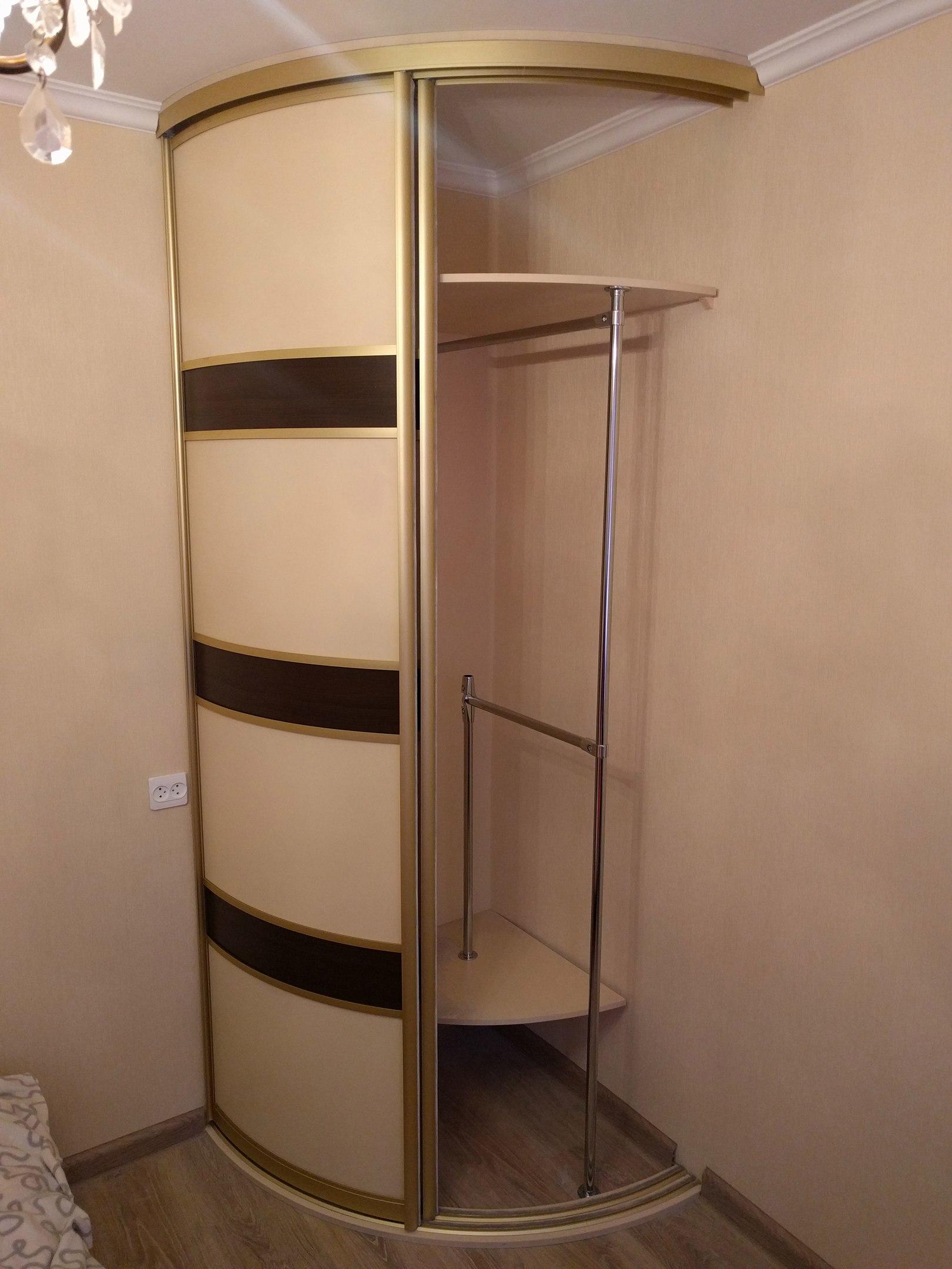 Шкаф расчитан на хранение повседневного запаса одежды