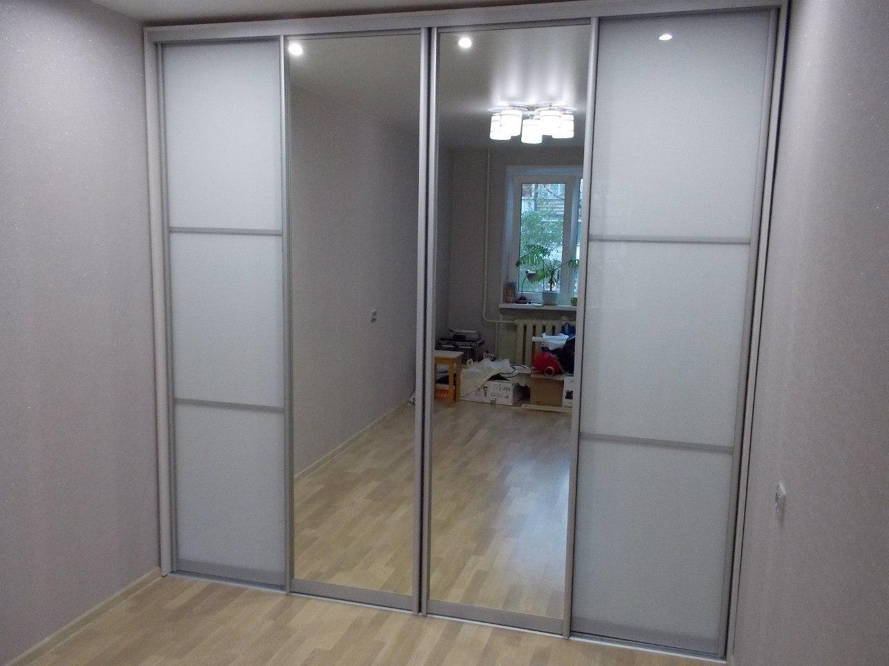 Зеркальные двери зрительно увеличивают внутренний объем помещения