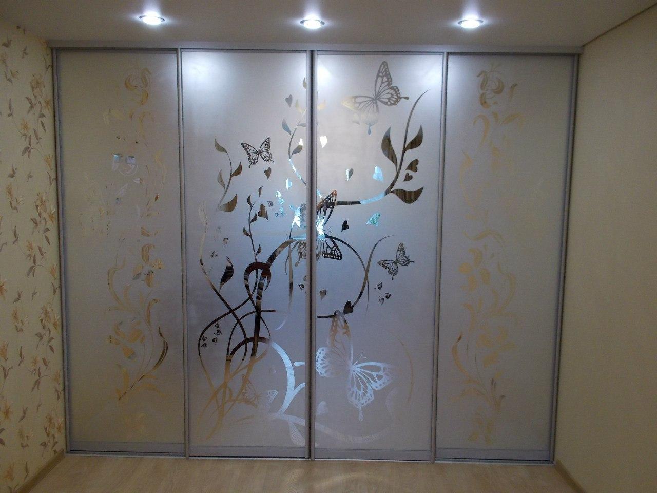 Матовые пескоструйные двери шкафа купе замечательно вписались в дизайн