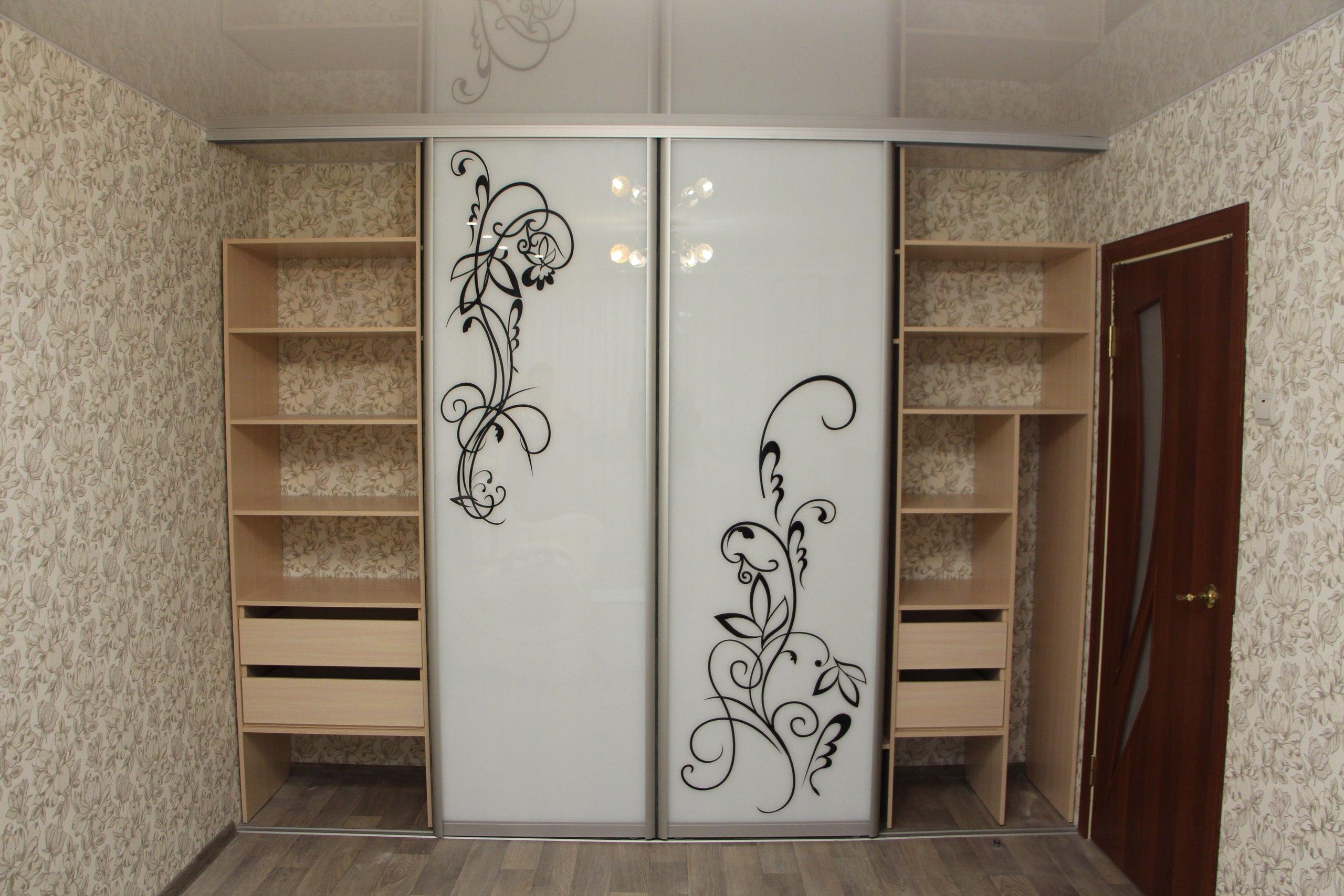 Два боковых отдела шкафа с удобными выдвижными ящиками и полками