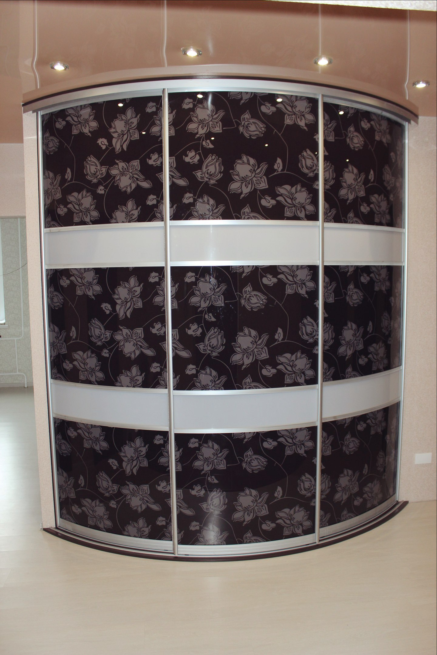 Фотопечать на дверях радиусного шкафа с оригинальным дизайном