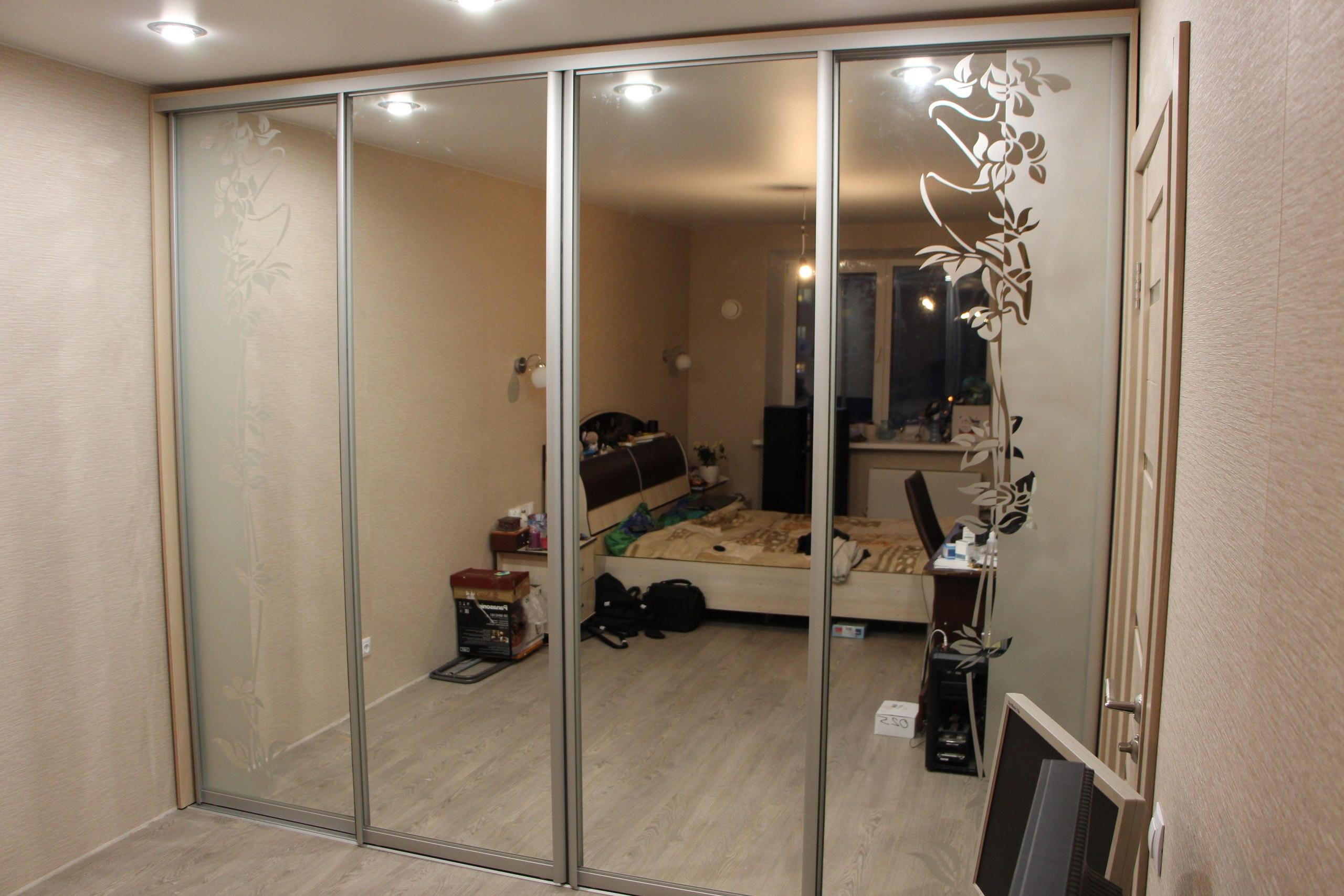 Полностью зеркальные двери зрительно расширяют визуальные границы помещения