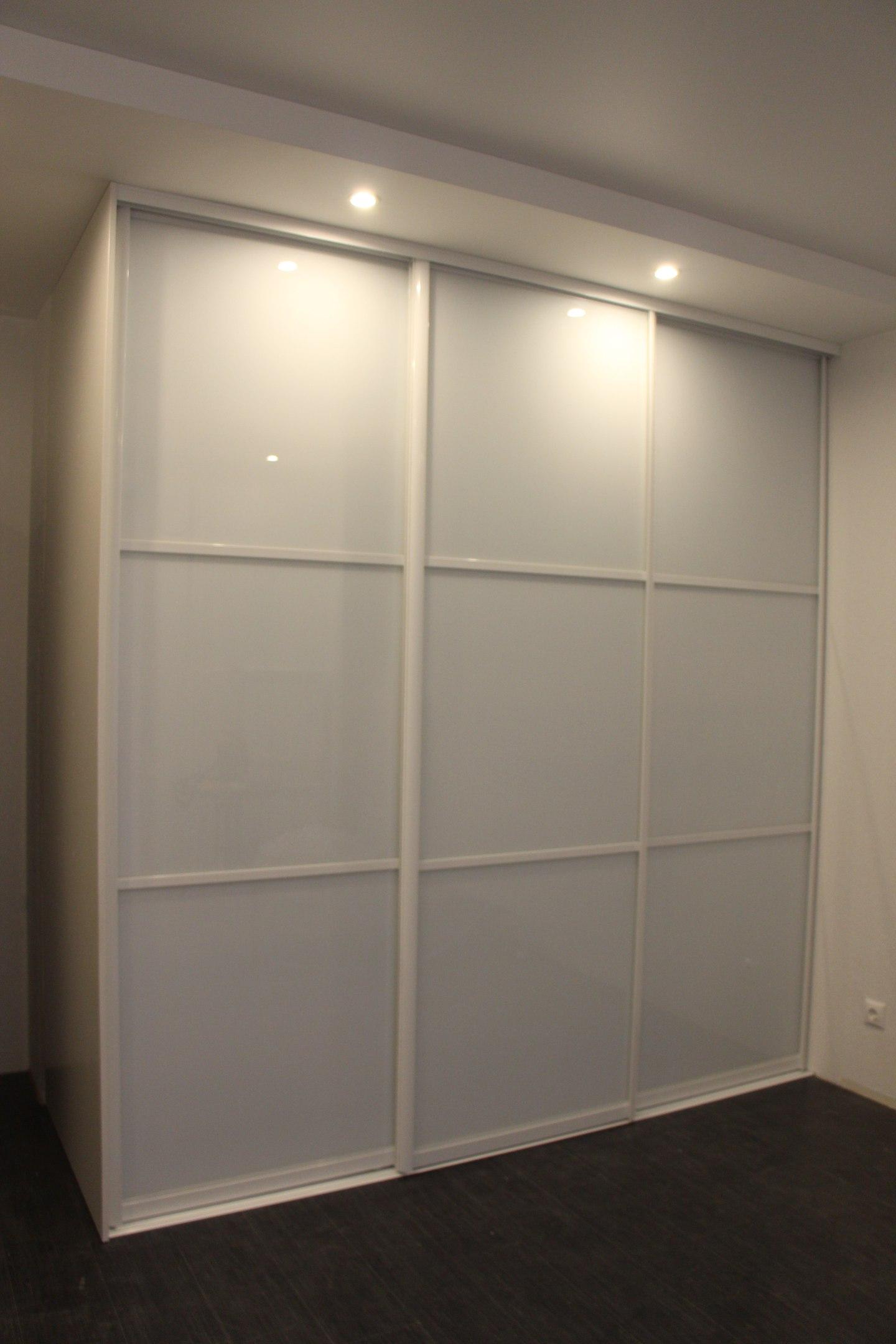 Стильные двери из белого стекла