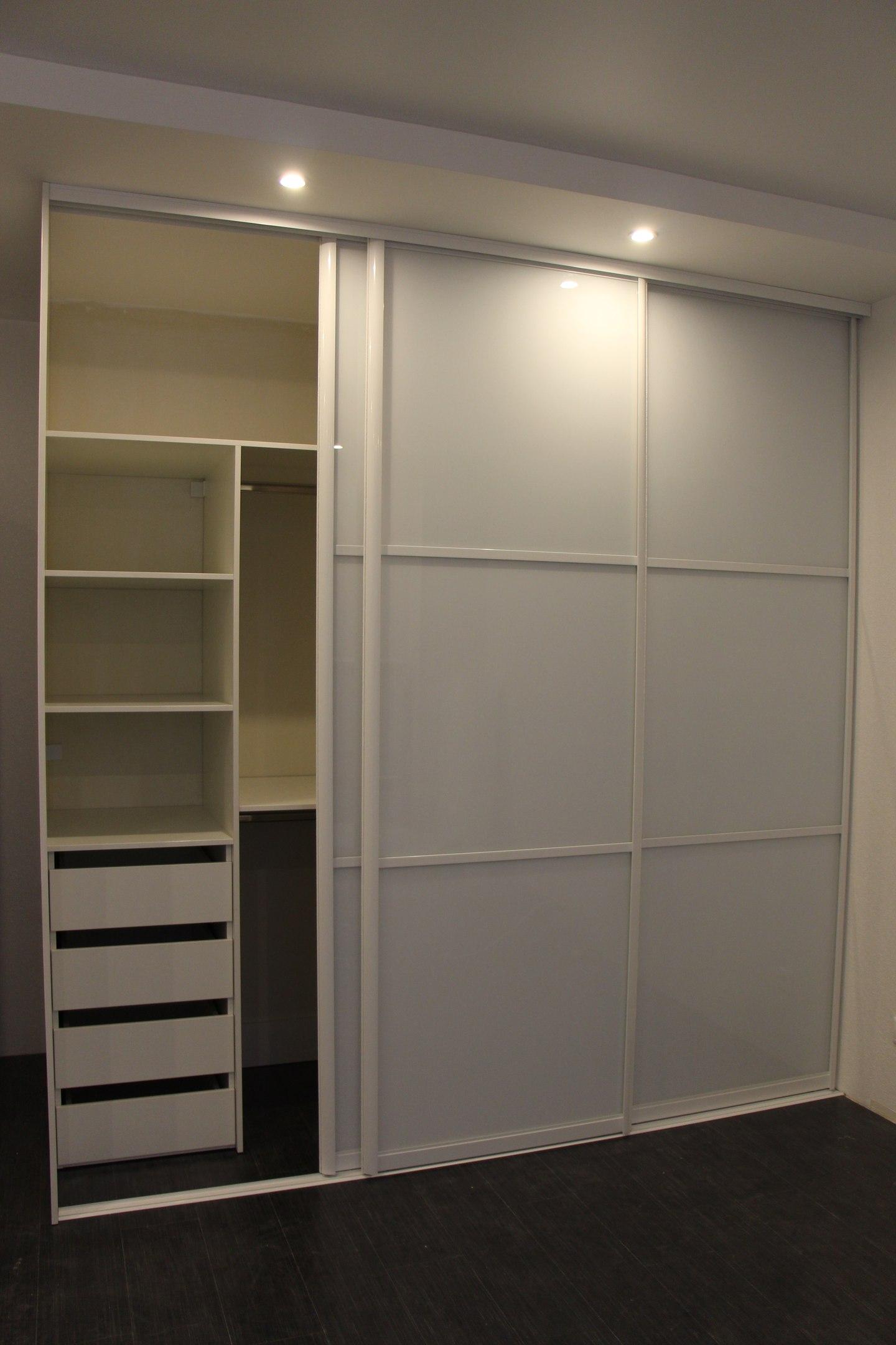 Слева и справа секции шкафа с удобными выдвижными ящиками и полками