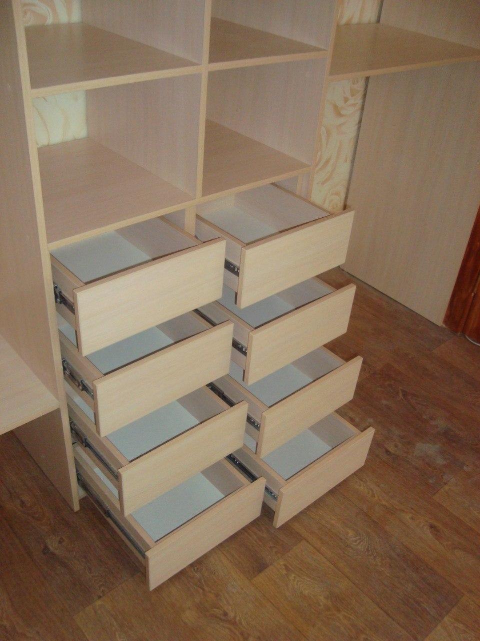 В этом шкафу достаточно много полок и выдвижных ящиков