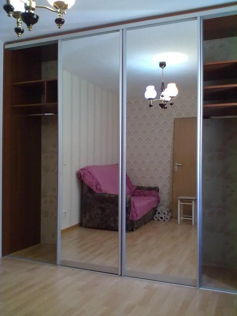 Зеркала в дверях зрительно расширяют границы помещения