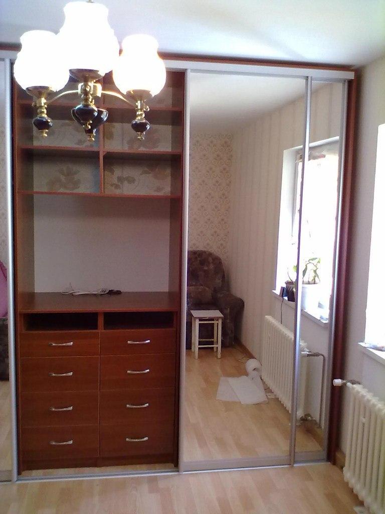 Шкафы-купе с нишей для телевизора помогают сэкономить место в комнате