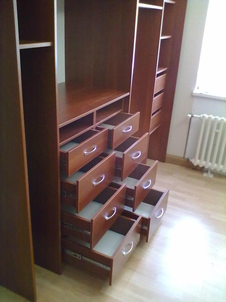 Удобные выдвижные ящики установлены на направляющих полного выдвижения