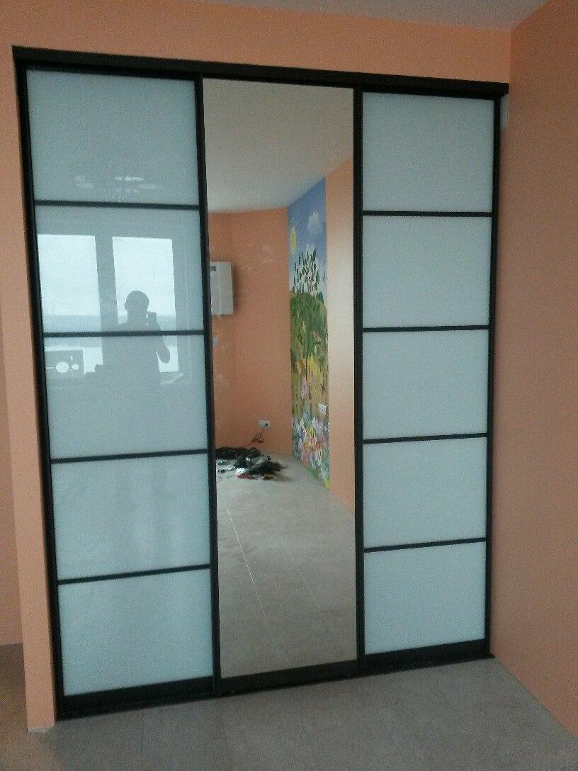 Зеркала в дверях зрительно раздвигают помещение