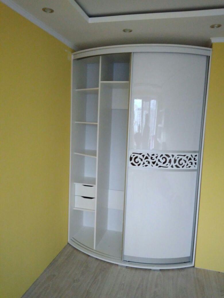 Шкаф расчитан на хранение небольшого запаса одежды и белья