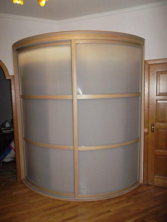 Двери шкафа сделанны из матового акрилового стекла