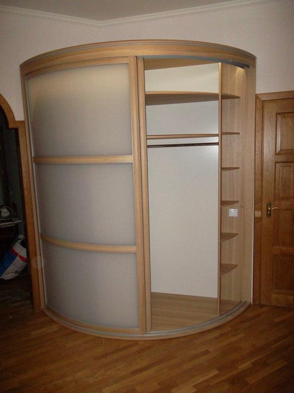 Внутренняя начинка радиусных шкафов практически ничем не отличается, от шкафов с прямыми дверями