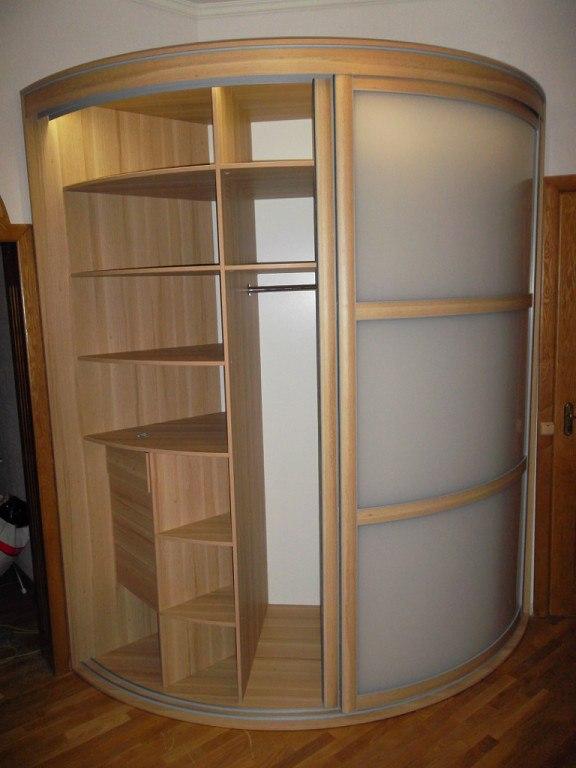 В середине установлена хромированная мебельная штанга для одежды и несколько полок