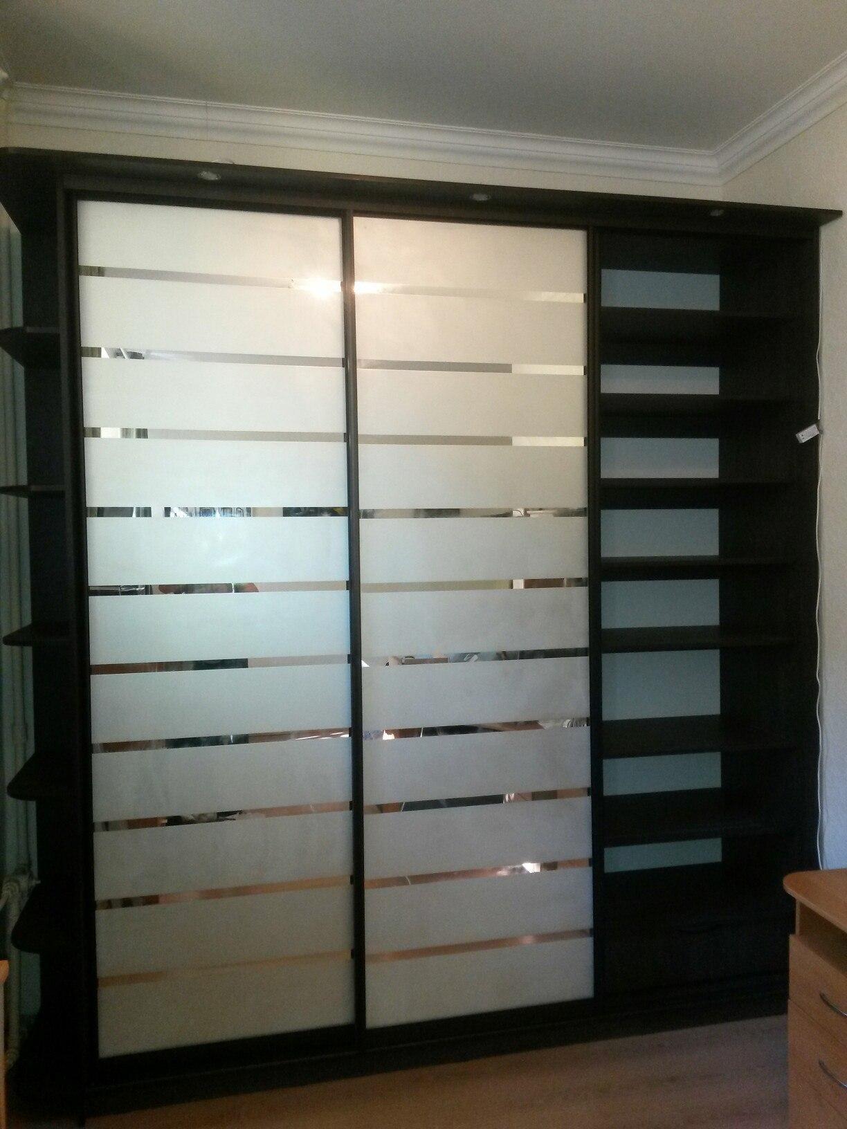 В боковых секциях шкафа большое количество полочек