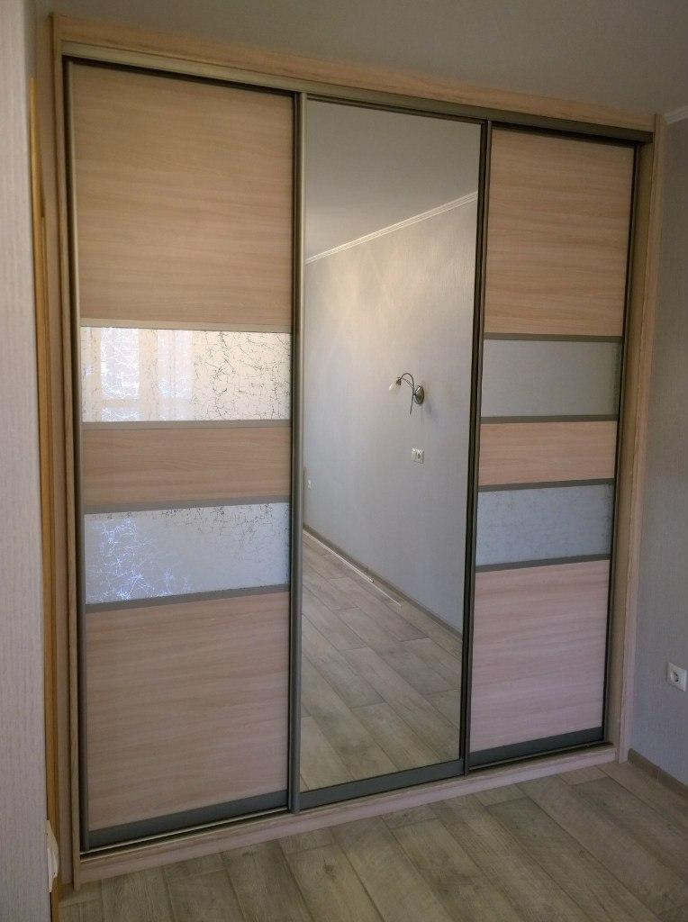 Плюс зеркал в дверях в том, что они, визуально увеличивают помещение