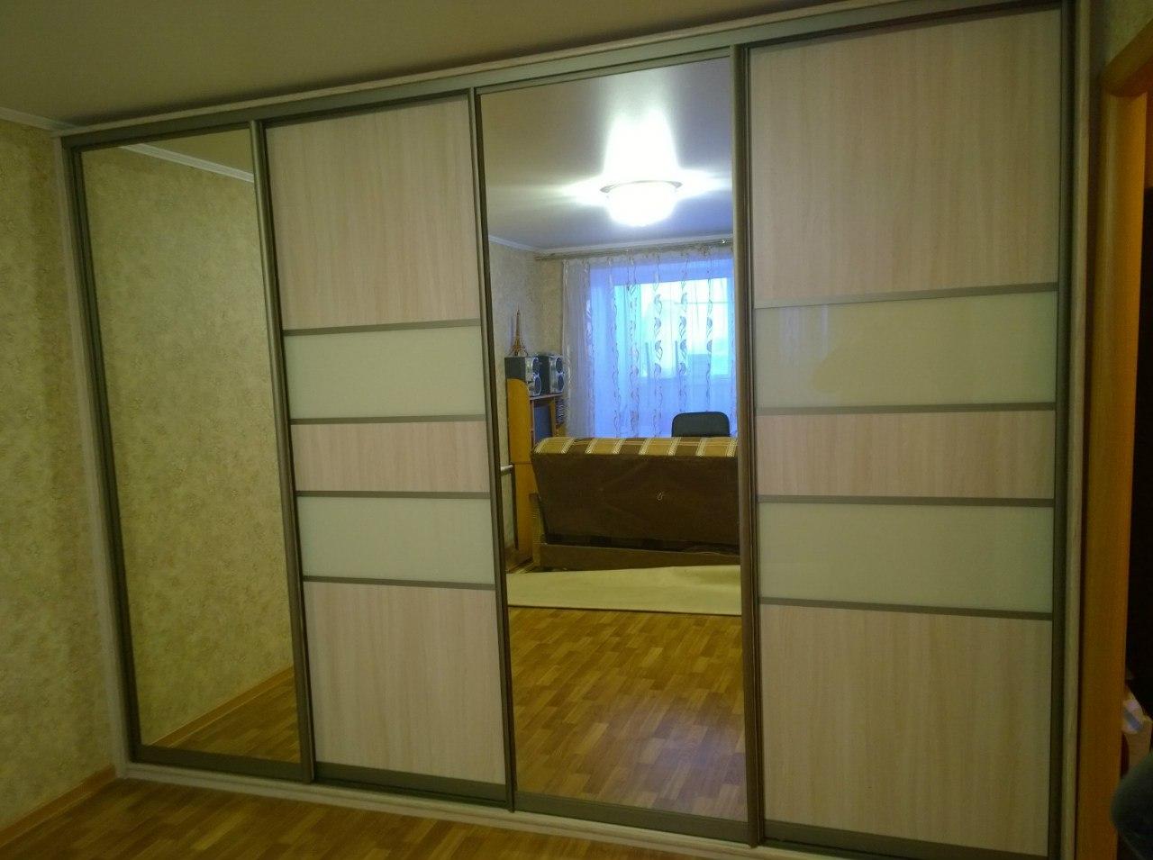 Четырехдверный шкаф с комбинированной дверями и зеркалом