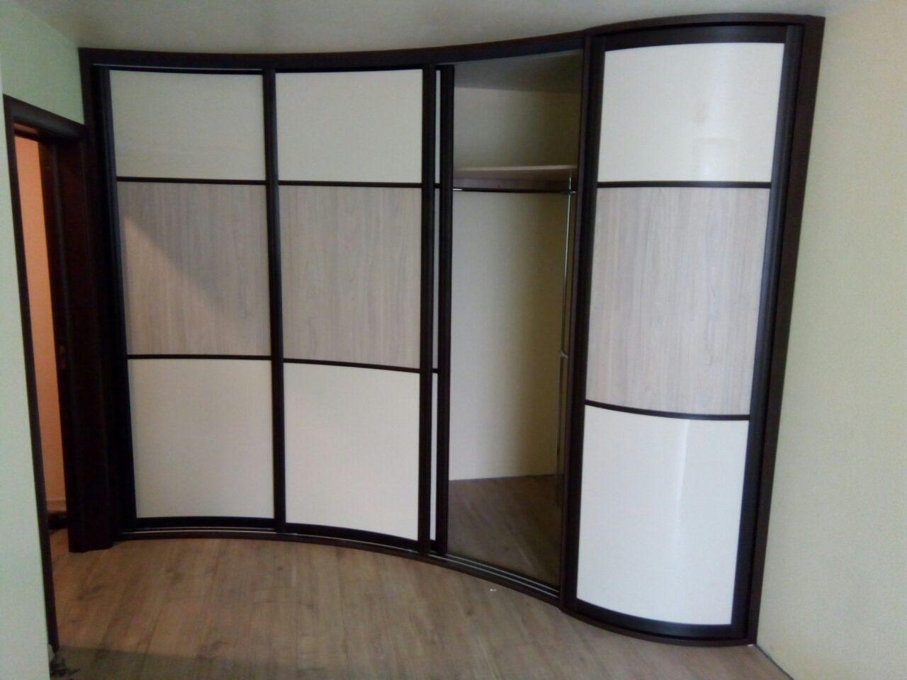 В шкафу большое количество полочек, а крайняя правая дверь сделана распашной