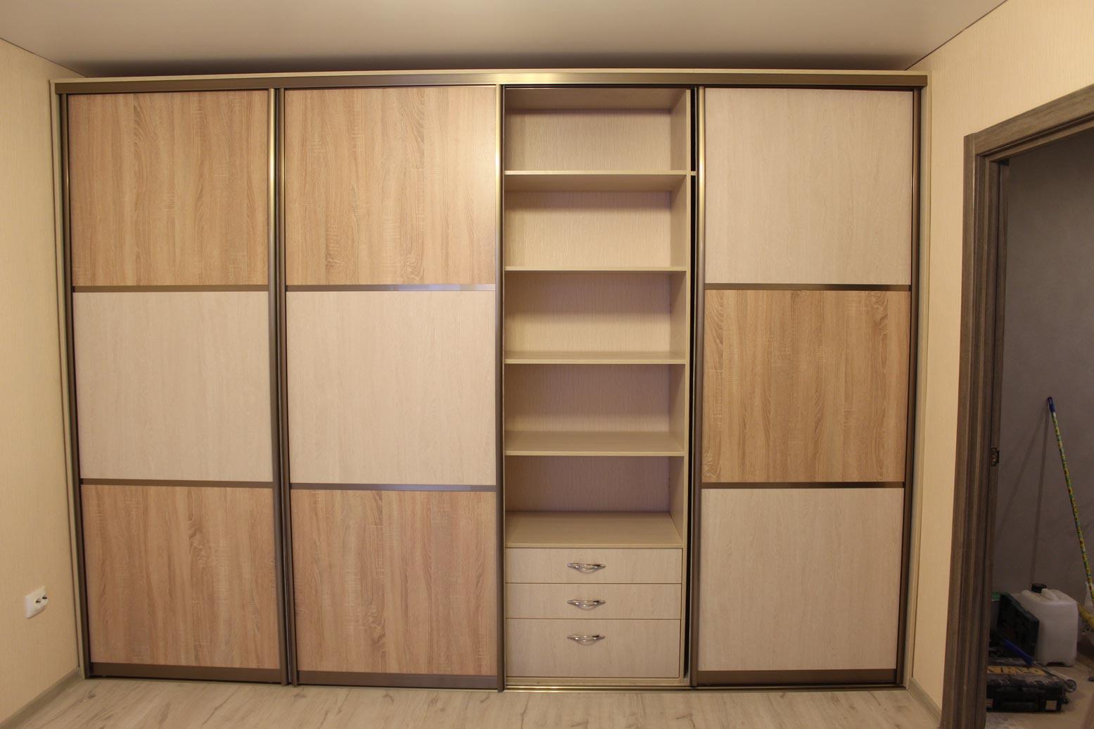 Наполнение шкафа поделено на четыре равные части