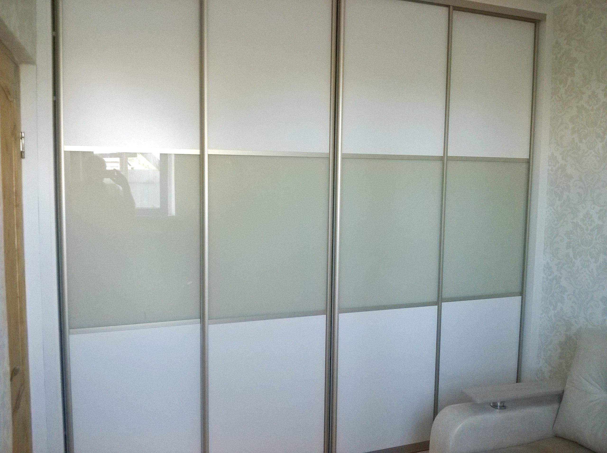 Строгие комбинированные двери из белого ЛДСП и бежевого стекла
