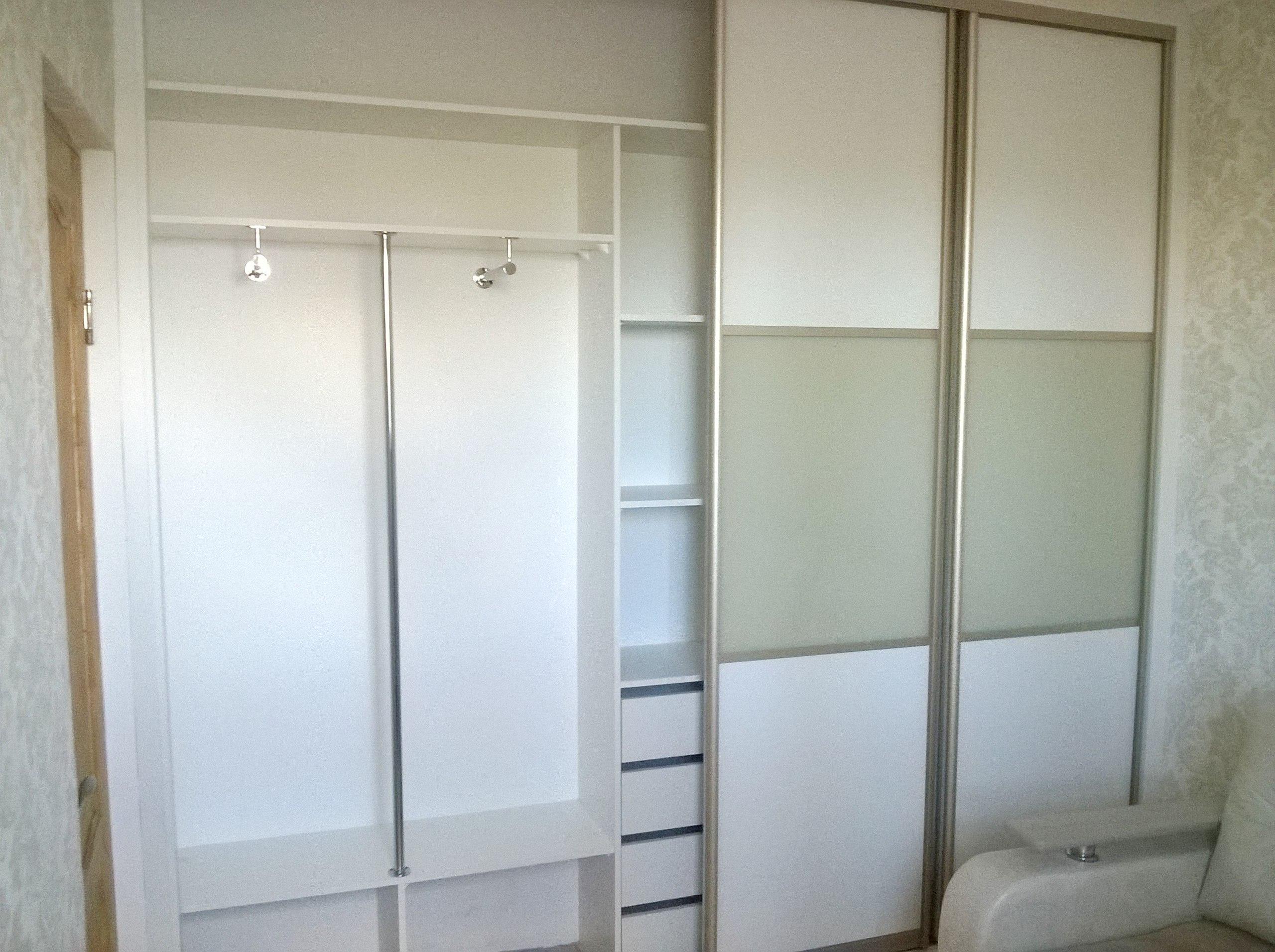 Левая сторона шкафа предназначена для плечиков с одеждой