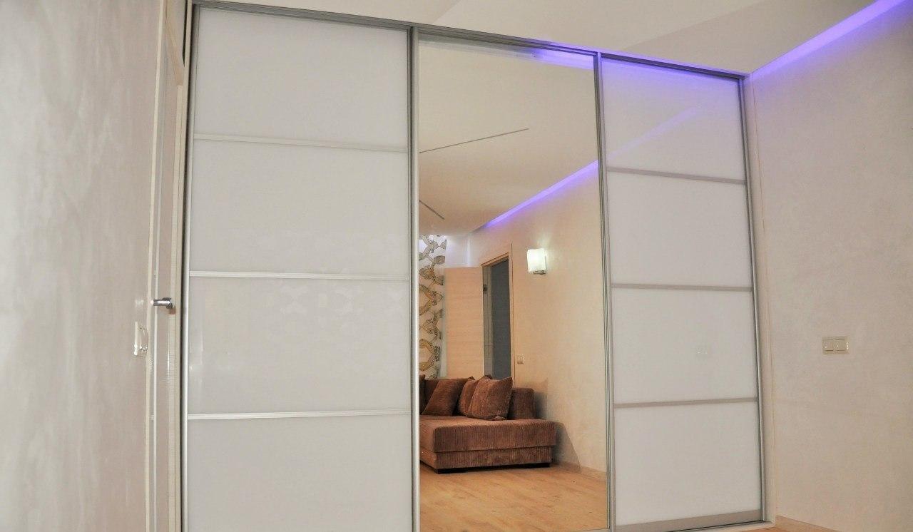 Белый фасад шкафа в сочетании с зеркалом отлично вписался в интерьер комнаты