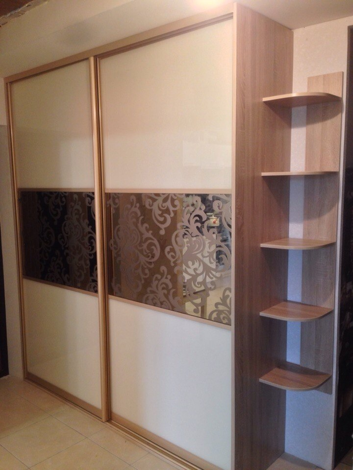 Встроенный шкаф в углу коридора