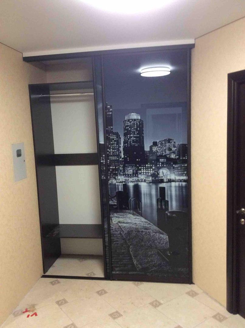 заказать или купить встроенный двухдверный шкаф купе в коридоре с