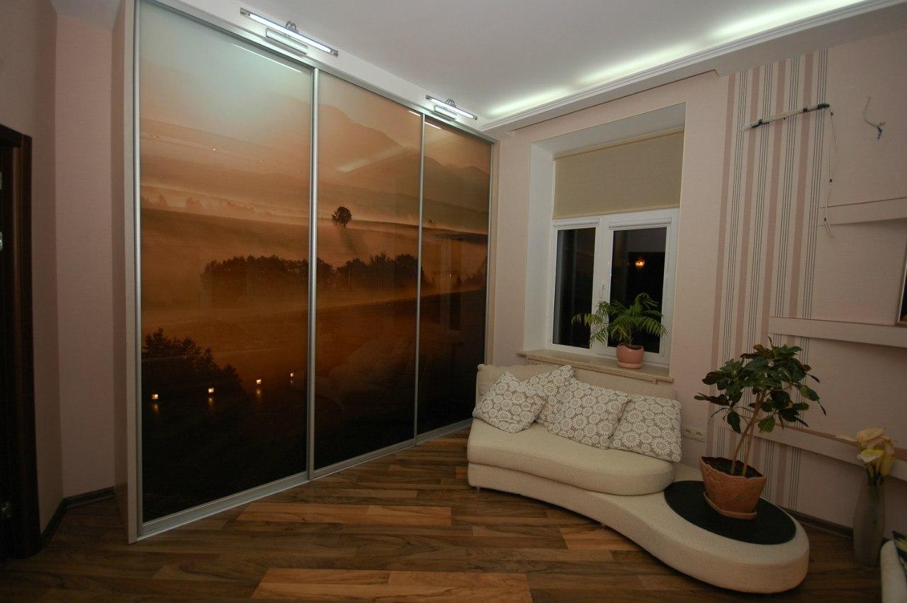 Пейзаж с хорошо подобранной палитрой диктует особую атмосферу в комнате