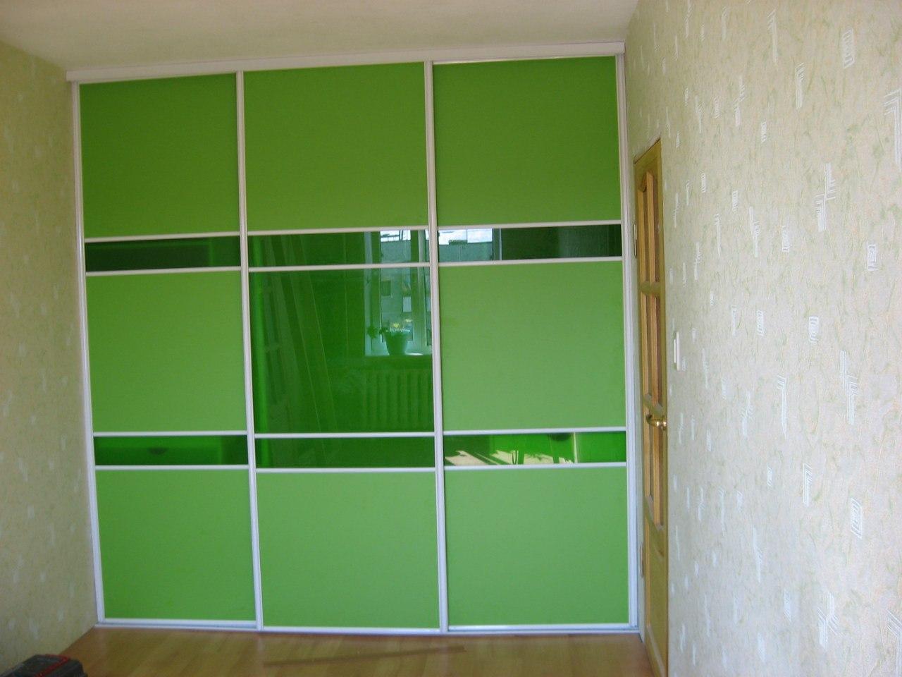 Комбинированные двери из зелёного ЛДСП и стекла лакобель