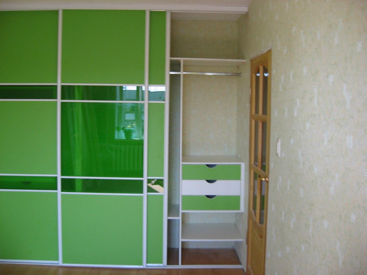 Двухцветные выдвижные ящики оживят внутреннее наполнение шкафа